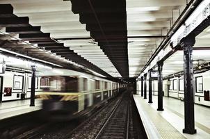 U-Bahnstation und fahrender Zug foto