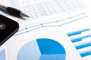 Stift, Taschenrechner und Finanzdokumente foto