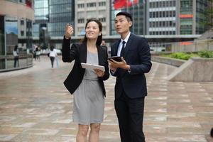 asiatische Geschäftsleute in Diskussion foto