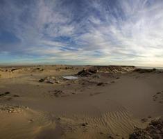 Wüste und blauer Himmel in Ad Dakhla, Südmarokko