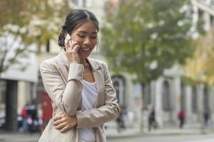 Frau spricht auf dem Handy foto
