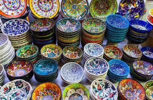klassische türkische Keramik auf dem Markt foto