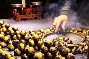 geröstete Kastanienverkäufer Nahaufnahme auf der Straße foto