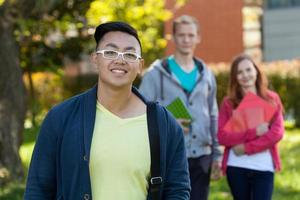 asiatischer Junge und seine Universitätsfreunde foto