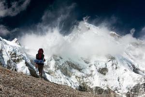 Blick auf Cho Oyu mit Trekker