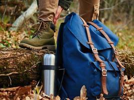 Wanderer zieht Stiefel im Freien an, Blick auf die Beine