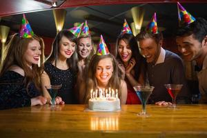 Freunde feiern gemeinsam einen Geburtstag