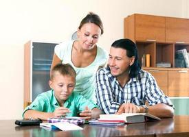 Familie macht Hausaufgaben zusammen