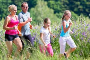 Familiensport Joggen durch Feld foto