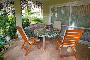Terrasse und Garten des Familienhauses foto