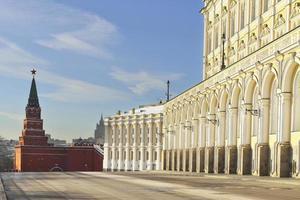 Borovitskaya-Turm und großer Kremlpalast