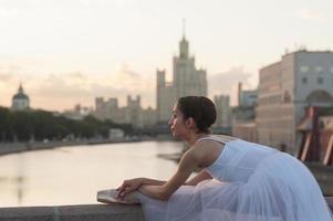 Ballerina und Moskau Stadtbild foto