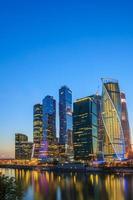 Gebäude des Moskauer Stadtkomplexes der Wolkenkratzer am Abend, Russland