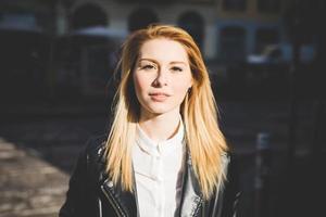 junge schöne blonde Frau mit glattem Haar foto