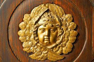goldenes Gesicht Haustür in Italien Lombardei Säule foto
