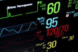 Nahaufnahme des medizinischen Monitors mit wichtigen Statistiken foto