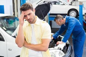 Der Kunde macht sich Sorgen um sein Auto foto
