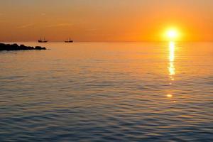 Sonnenuntergang und Schiff foto