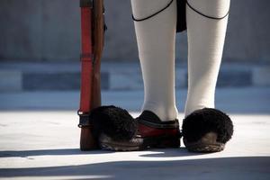 Schuhe und Gewehr des griechischen Präsidenten Gardisten foto