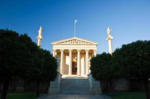 Akademie von Athen mit den Säulen Apollo und Athena. Griechenland.