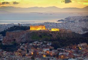Athen, Griechenland. nach Sonnenuntergang. Parthenon- und Herodiumkonstrukte foto