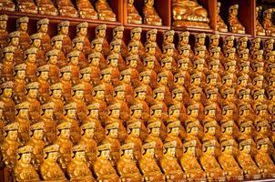 Reihen von Buddhas foto