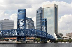 eine andere Ansicht von Jacksonville auf dem Fluss foto