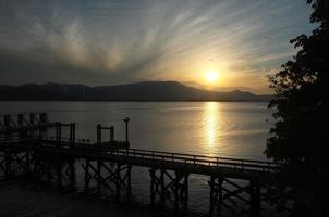 Dock bei Sonnenuntergang foto