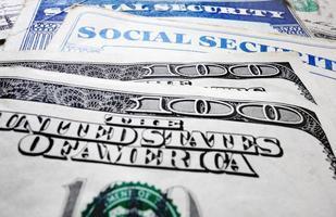 Sozialversicherungskarten und Geld foto