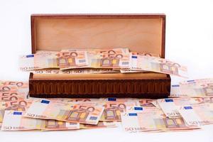 Kiste voller europäischem Geld foto