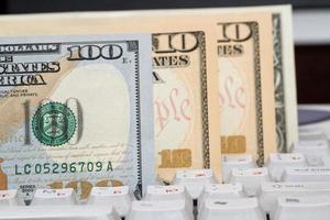 Geld auf einer Computertastatur foto