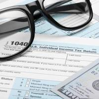 Steuerformular, Dollar und Brille - Verhältnis 1 zu 1 foto