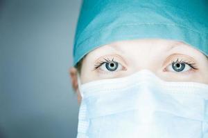 Krankenschwester schaut dich an (Nahaufnahme)