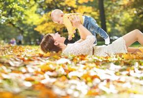 Herbstporträt von Mutter und Kind