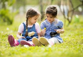 zwei kleine Mädchen mit Hühnern