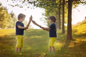 zwei kleine Jungen, die Schwerter halten und mit grellen Augen