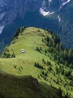 zwei Berghütten auf den grünen Wiesen, Dolomiten foto