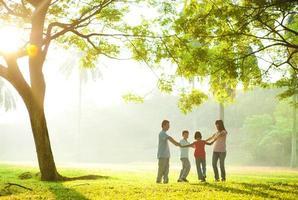 glückliche asiatische Familie, die Hände im Kreis hält foto