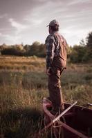 Landwirt Fischer überblickt Himmel foto