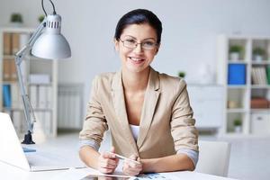 Geschäftsfrau am Arbeitsplatz foto