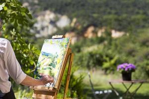 Frau malt an einer Staffelei