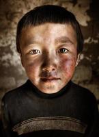 Porträt mongolischen Jungen westlichen Mongolei Einsamkeit Konzept foto