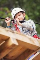 kleiner Junge, der auf der Seilbahn übt foto