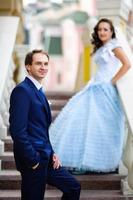 glücklicher Ehemann stehen gegen seine schwangere Frau foto