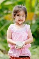 süßes asiatisches Mädchen lächelnd