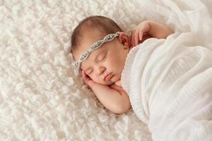 Porträt eines engelhaften neugeborenen Mädchens