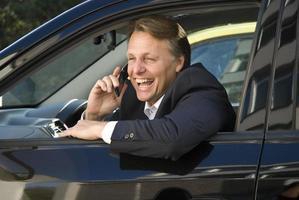 glückliches Geschäft im Auto