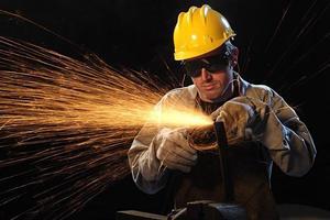 Arbeiter im schwarzen Hintergrund mit Glanz foto