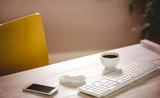 Schreibtisch mit Tastatur und Kaffee foto