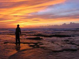 erstaunt über den Sonnenuntergang foto